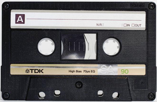 1200px-Compactcassette
